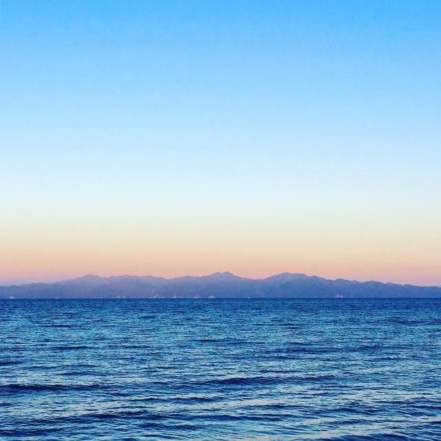 Viewing_Mt._Iide_range_from_small_island_in_Japan_sea.______________________________japantrip__japanmountain__iide__niigata__island__sunset__awashima